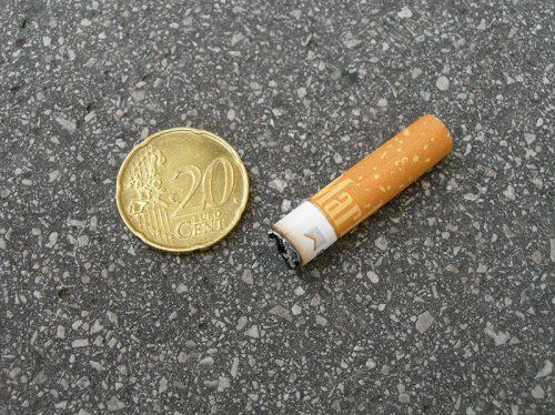 Zigarettenpfand; Zigarettenstummel und 20-Cent Münze