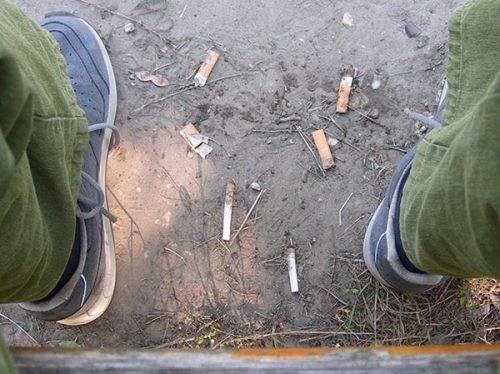Zigaretten vor einer Parkbank